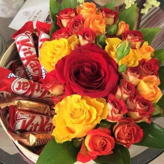 Коробка из сладостей и роз: букеты цветов на заказ Flowwow