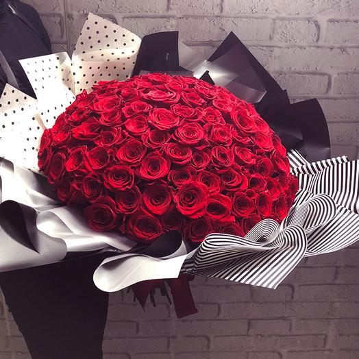 101 красная роза в стильной упаковке: букеты цветов на заказ Flowwow