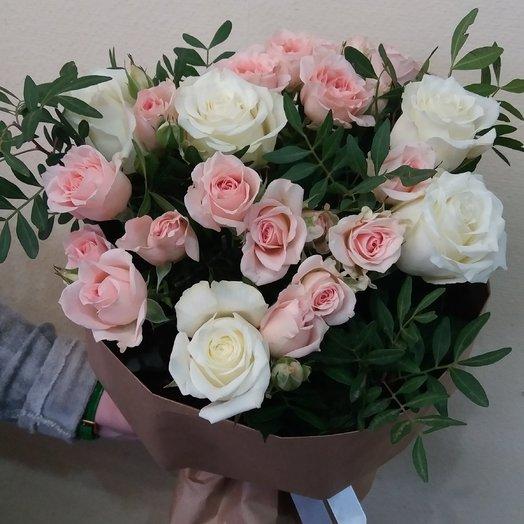 Букет из белой розы и нежной кустовой розы