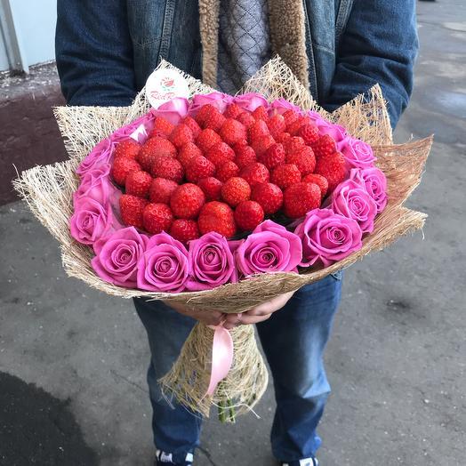 Букет из Клубники с Розами Аква: букеты цветов на заказ Flowwow