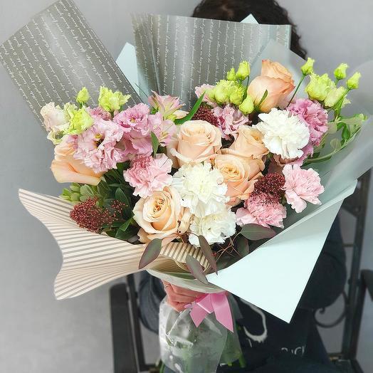 Современный букет из роз, гвоздик, лизиантуса и скимии