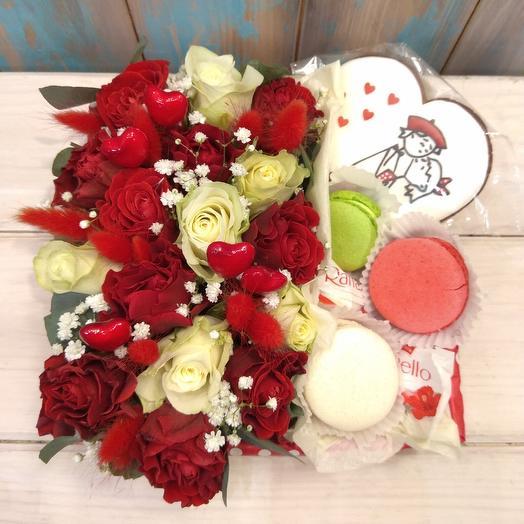 Коробка для любимой из роз с пряником, макаруни и Раффаэло: букеты цветов на заказ Flowwow