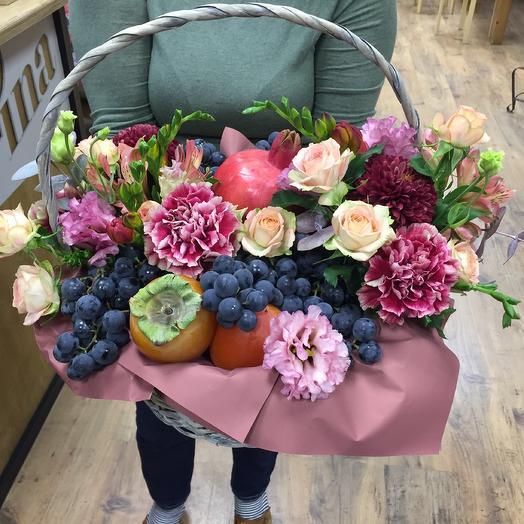 Корзина цветов и фруктов