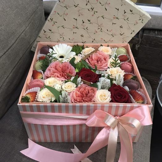 Большая коробка с цветами, макарунами и клубникой: букеты цветов на заказ Flowwow