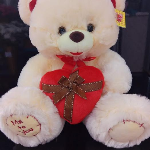 Медведь с красным сердцем