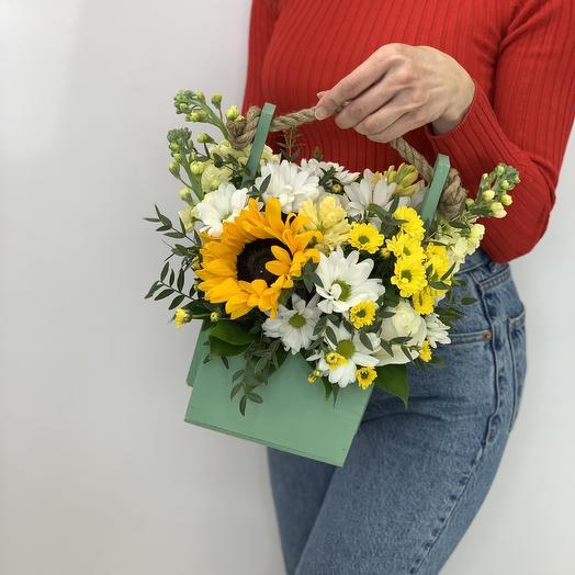 Деревянный ящик с подсолнухом: букеты цветов на заказ Flowwow