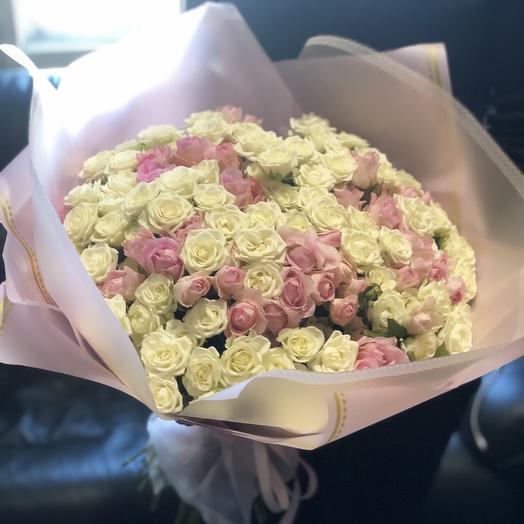 Микс из кустовых роз в дизайнерской упаковке 51 Шт: букеты цветов на заказ Flowwow