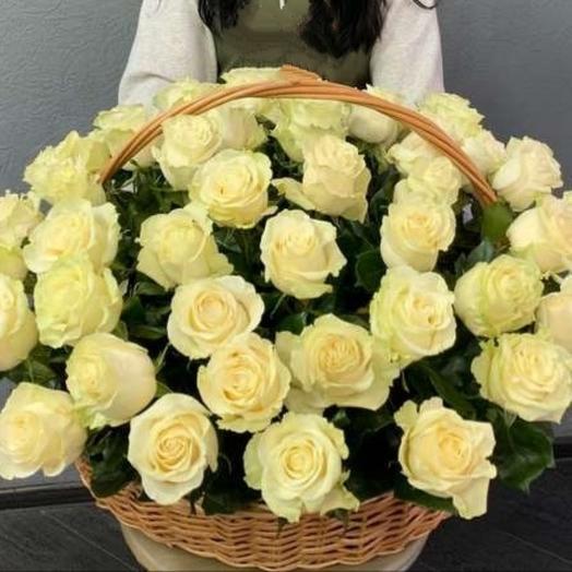 Корзина с 51 белой розой