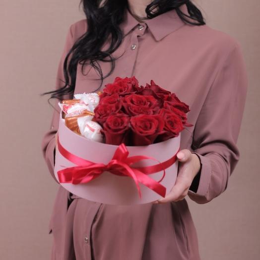 Шляпная коробочка с розами и сладостями