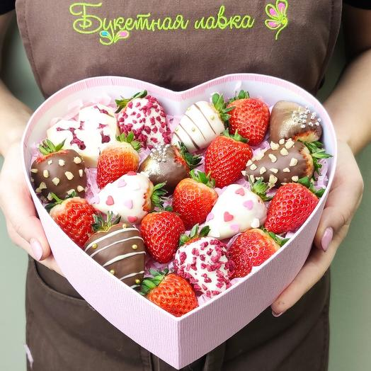 Set of strawberries and strawberries in chocolate