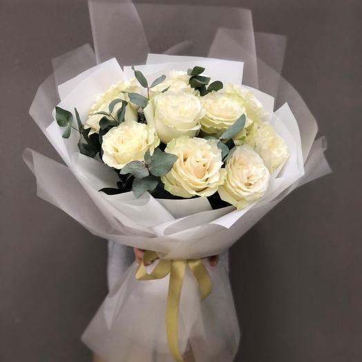 Нежный букет с белыми розами