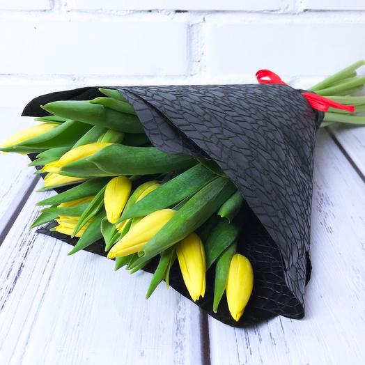 15 желтых тюльпанов в чёрной упаковке