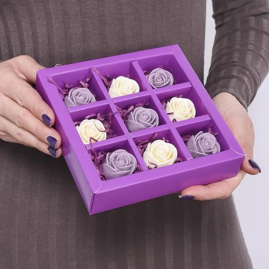 Фиолетовая мини-коробочка с 9 шоколадными розами (фиолетовые и белые) M9-F-FB