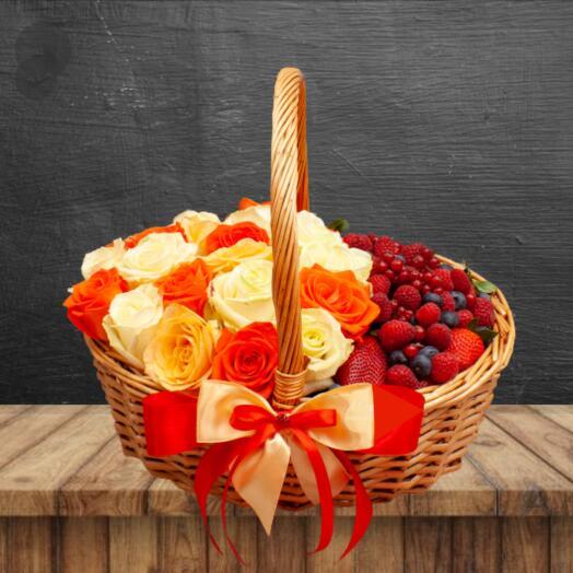 Подарочный набор с ягодами и цветами