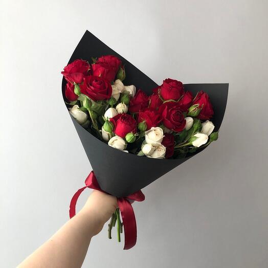 Букет из микса кустовых роз