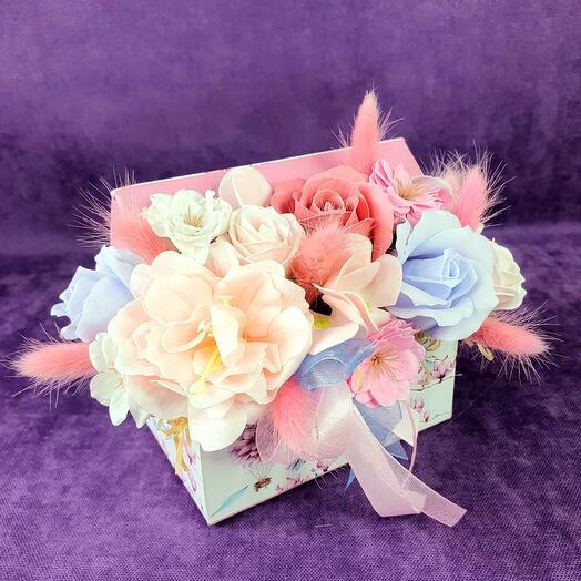 Композиция в нежной коробке из мыльных цветов