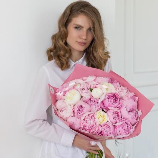 Букет из 25 белых и розовых пионов