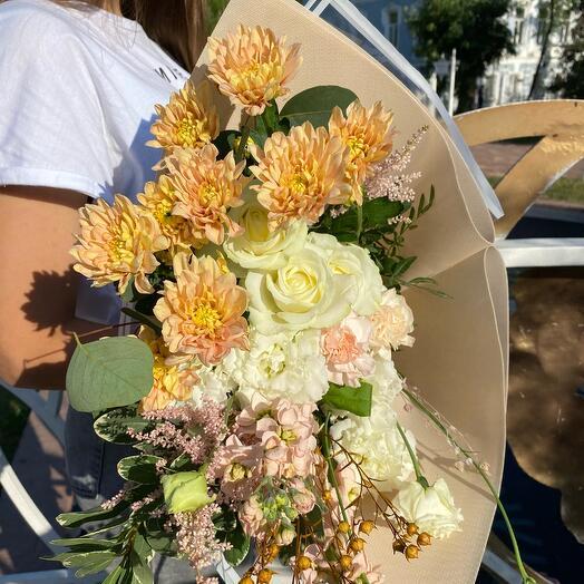 Букет с белыми розами и хризантемой