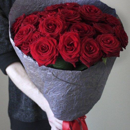 25 красных роз (60 см) в крафте: букеты цветов на заказ Flowwow