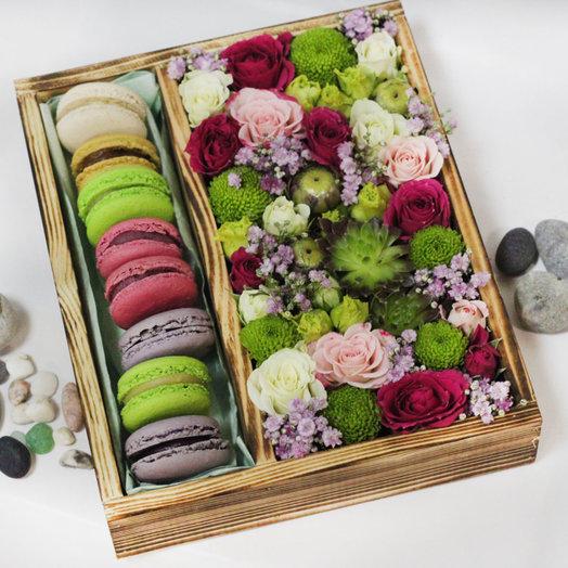 Композиция из живых цветов и макарун: букеты цветов на заказ Flowwow