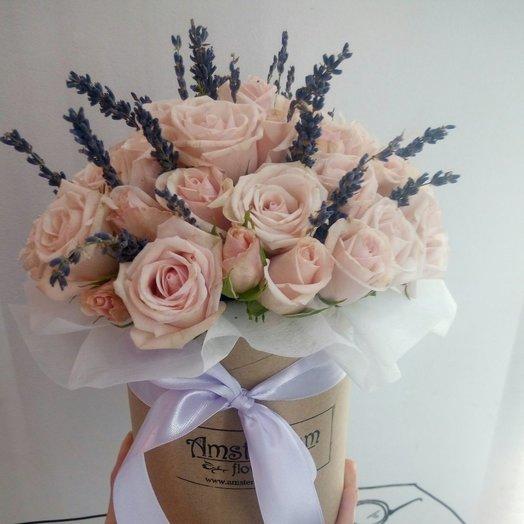 Коробка кустовых роз с лавандой