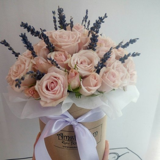 Коробка кустовых роз с лавандой: букеты цветов на заказ Flowwow