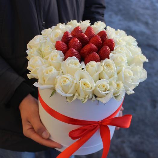 Клубничнаякоробочкас розами: букеты цветов на заказ Flowwow