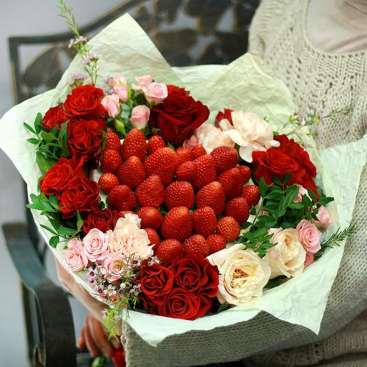 Стильный букет с клубничным сердцем: букеты цветов на заказ Flowwow
