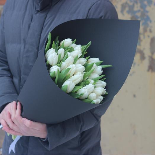 Белые тюльпаны в черной дизайнерской упаковке: букеты цветов на заказ Flowwow
