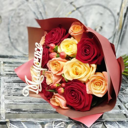 Авторский букетик из разноцветных роз и гиперикума Лучшей Мамочке