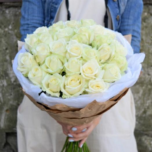 Букет из 25 белых роз в стильной дизайнерской упаковке: букеты цветов на заказ Flowwow