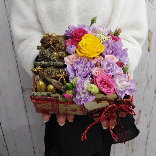Композиция из лунной гвоздики, роз и новогоднего декора: букеты цветов на заказ Flowwow