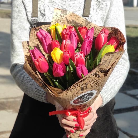 25 ярких тюльпанов в крафте