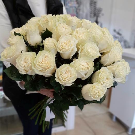 27 белых роз