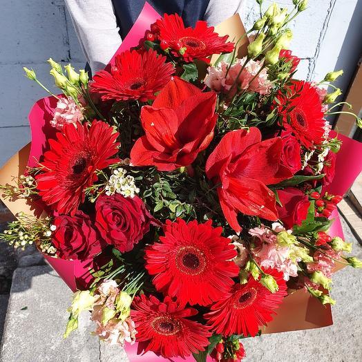 Алый букет с герберами,амариллисом и розами