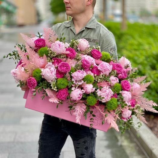 Необъятная композиция с пионами и кустовыми розами