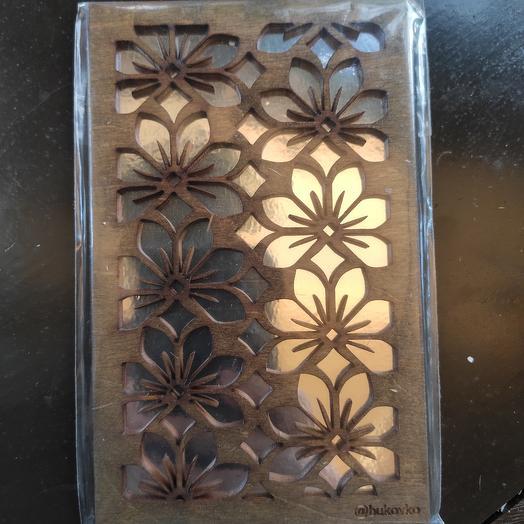 Открытка деревянная с цветочным узором
