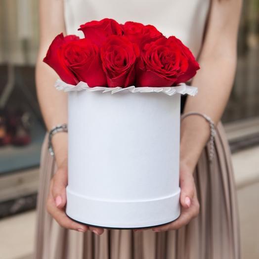 Букет в шляпной коробке из 9 красных роз премиум