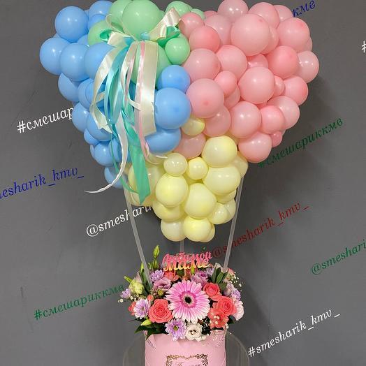 Сердце из шариков и коробка с цветами