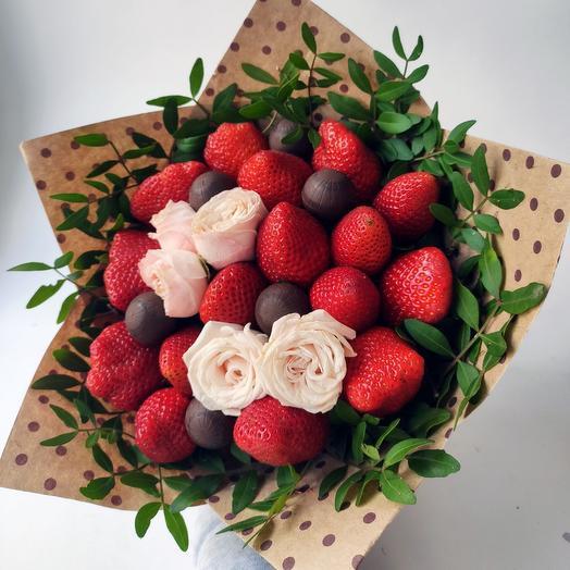 Клубничный букет с кустовой розой