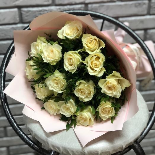 Букет 15 белых роз с оформлением
