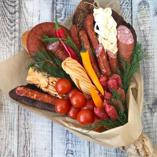 Съедобный букет с колбасками и сыром косичка