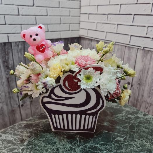 Пирожное с ягодкой, мишкой и цветами