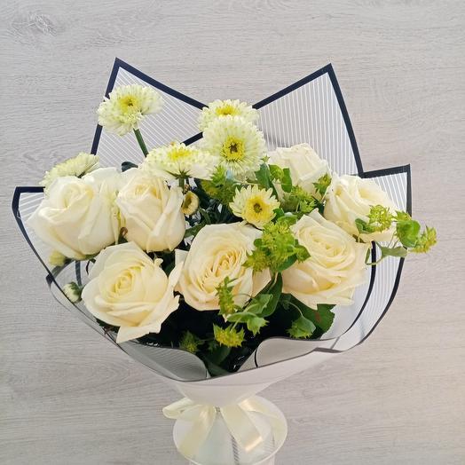 Букет белых роз, хризантемы