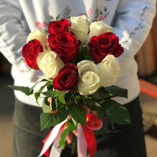 Букет 11 красных и белых роз