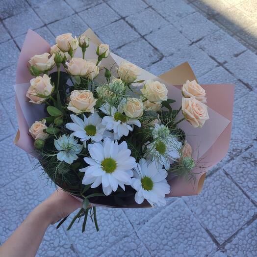 Букет-комплимент с кустовыми розами и воздушной нигеллой