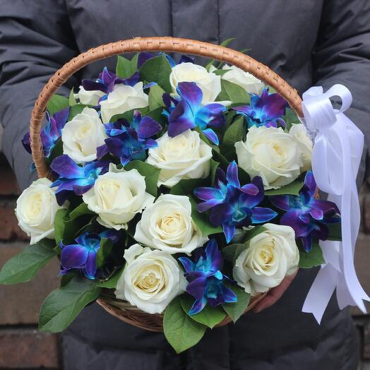 Корзинка с синими орхидеями и розами