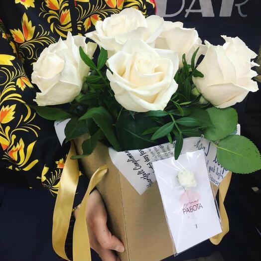Розы белые в коробке