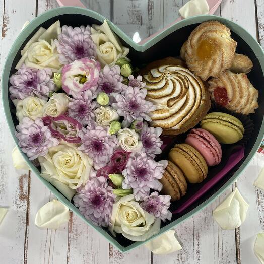 Коробка-сердце с цветами, тарталеткой, печеньем и макарунами