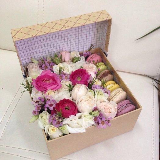 Коробка с макарунсами и цветами: букеты цветов на заказ Flowwow
